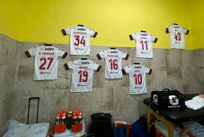 Fla dedicou a vitória contra o Barcelona-EQU aos donos destas respectivas camisas