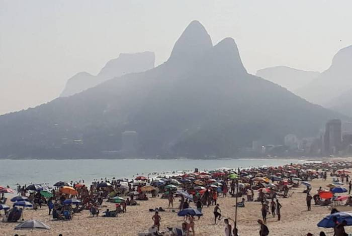 Movimentação na Praia do Arpoador neste sábado (26)