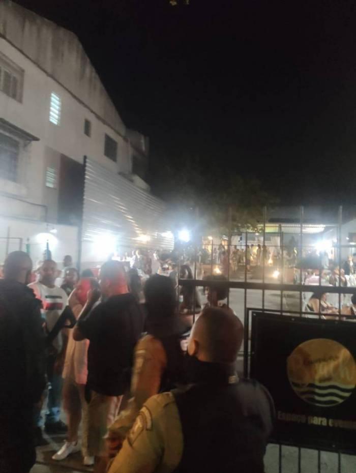 Festa com aglomeração em meio à pandemia de covid-19