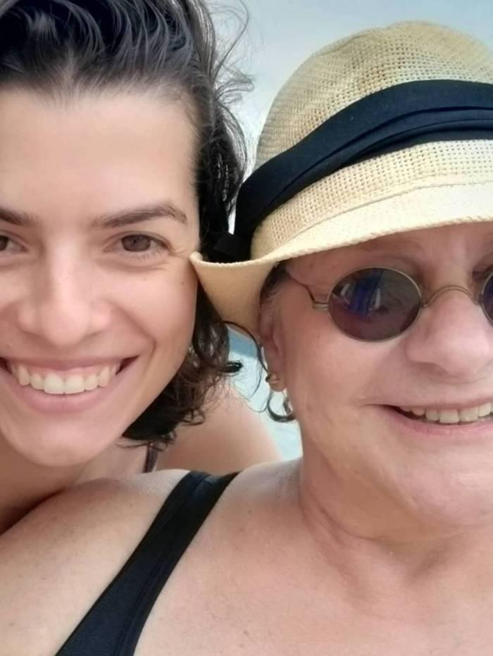 Fafy Siqueira curte praia em clima de romance com a namorada