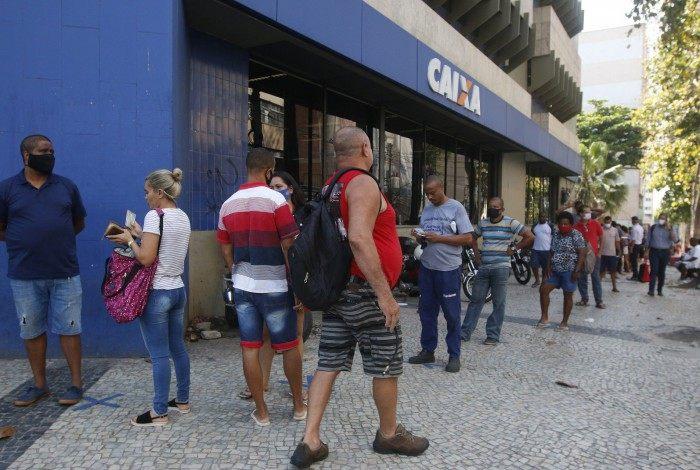 Rio de Janeiro - RJ  - 30/09/2020 - Geral - Fila na agencia da Caixa Economica Federal, na Rua Marechal Deodoro, em Duque de Caxias, baixada fluminense - Foto Reginaldo Pimenta / Agencia O Dia