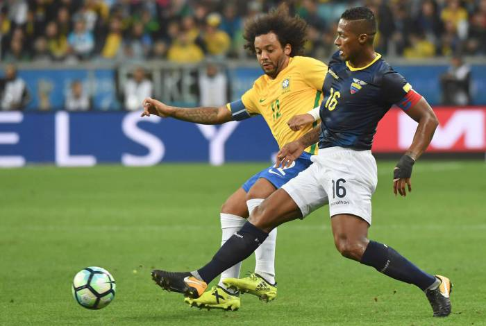 Brazil's Marcelo and Ecuador's Antonio Valencia vie for the ball during their 2018 World Cup qualifier football match in Porto Alegre, Brazil, on August 31, 2017. / AFP PHOTO / NELSON ALMEIDA