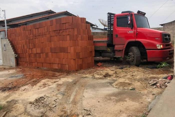 Motorista descarrega 5,5 mil tijolos e deixa caminhão 'preso'; assista