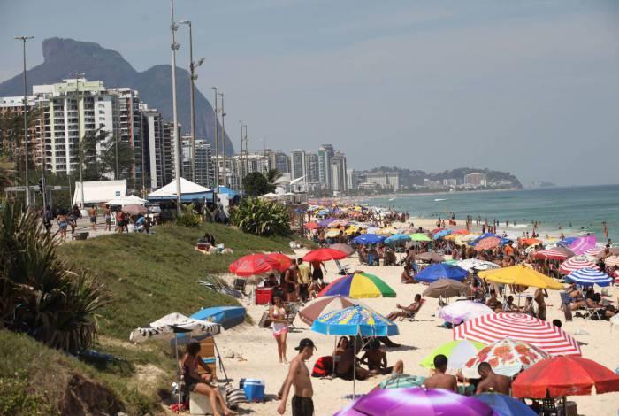 Novamente, banhistas foram irresponsáveis e aglomeraram nas praias
