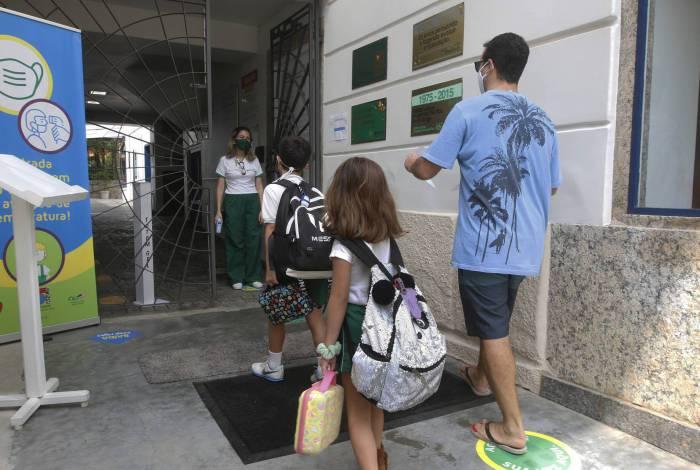 O Centro Educacional Miraflores, em Laranjeiras, na Zona Sul, voltou a receber alunos ontem