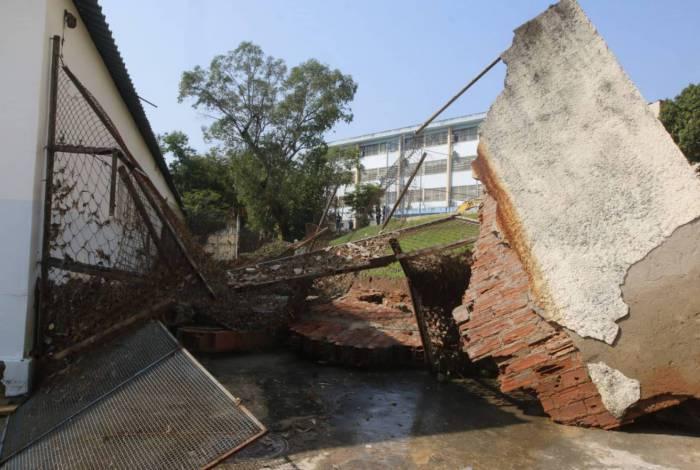 Adutora da Cedae sofre rompimento em Higienópolis, Zona Norte do Rio, e danifica escola