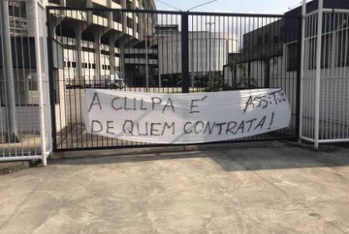 Torcida Jovem Botafogo faz protesto em frente ao Nilton Santos