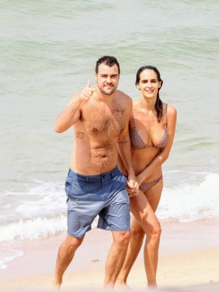 Joaquim Lopes e Marcella Fogaça em praia do Rio na manhã deste sábado