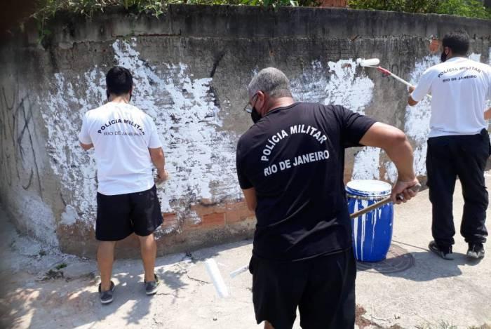 PM pinta pichações que fazem apologia ao tráfico e às facções criminosas