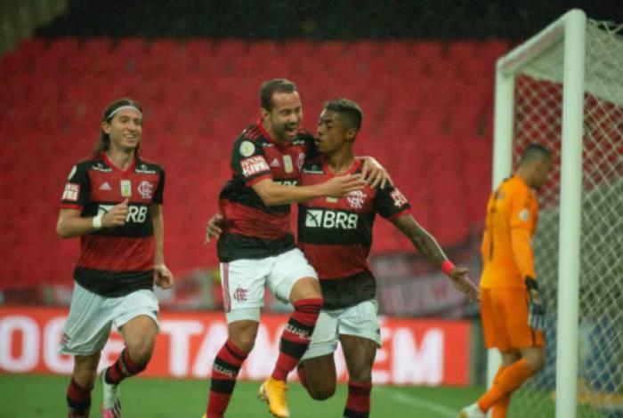 Depois da entrada de Éverton Ribeiro, no intervalo, o Flamengo melhorou sua postura e conquistou a vitória