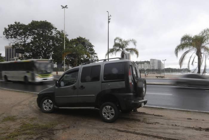 Acidente no Aterro do Flamengo - Motorista afirma que foi fechado por outro veiculo e nao conseguiu parar devido problema no asfalto da via