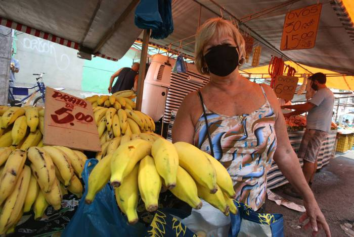 Livre de Vila Isabel - à preço de banana - Na foto a sra. Marilene Murari (72)