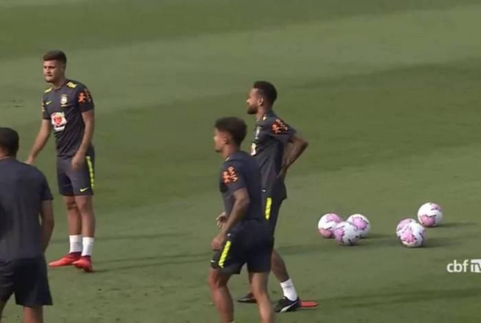 Neymar leva as mãos às costas durante o treino da Seleção