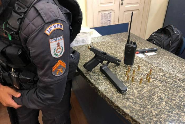 Polícia apreende munição, rádio e pistola com suspeito de ser chefe do tráfico da comunidade Coronel Leôncio, em Niterói