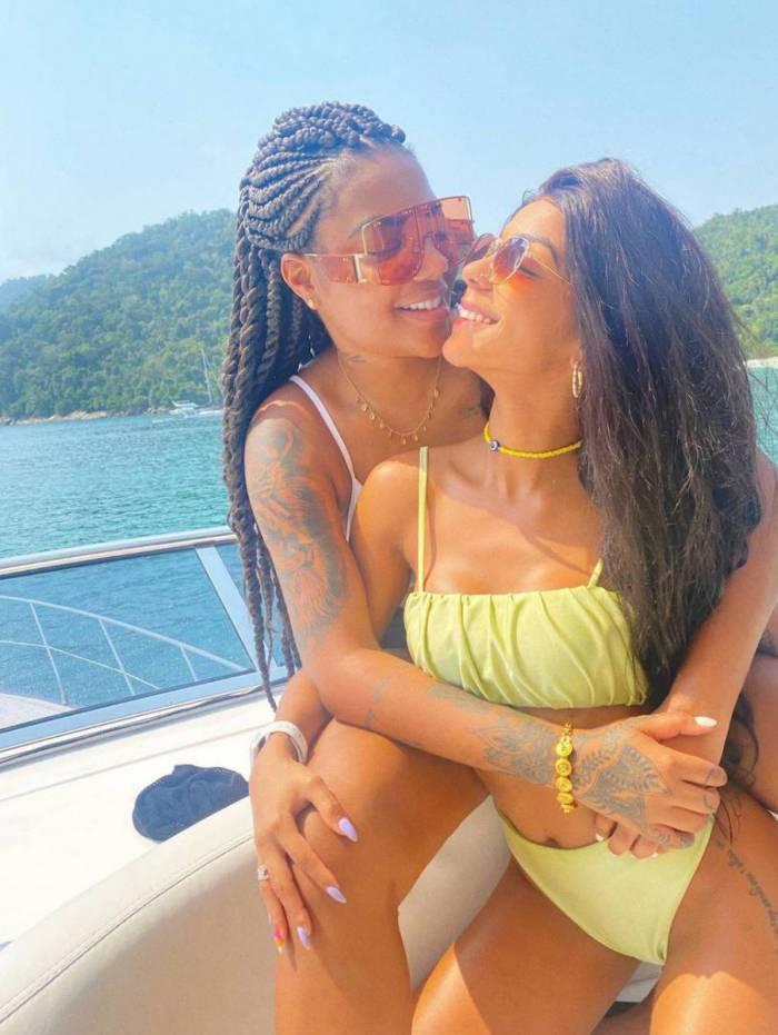 Ludmilla e Brunna Gonçalves curtem passeio de barco abraçadinhas