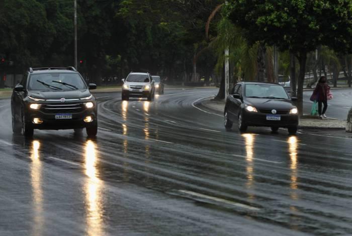 Chuva chega e temperatura cai no Rio