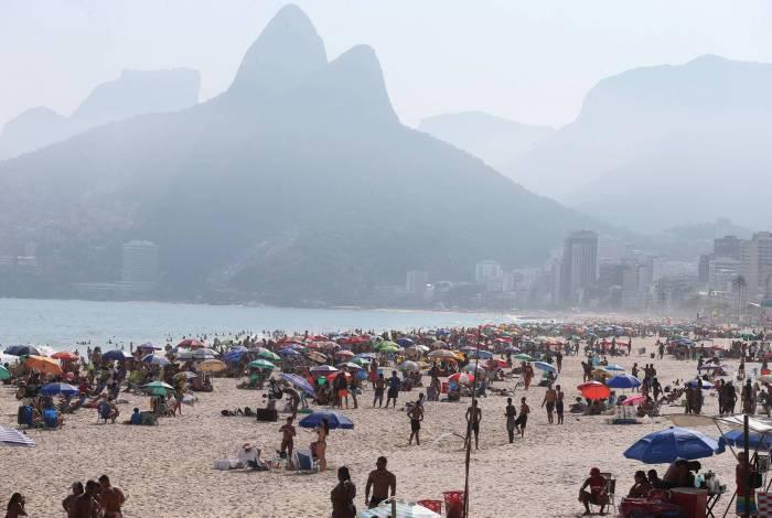 Rio,26/09/2020 -COVID-19 -CORONAVIRUS,ARPOADOR,movimentacao na praia de Copacabana. Na foto, pessoas na areia.Foto: Cleber Mendes/Agência O Dia
