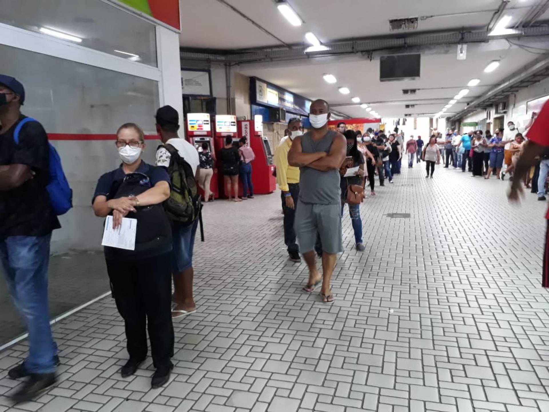 Fila na loja do Riocard na Central do Brasil por conta de problemas no cartão