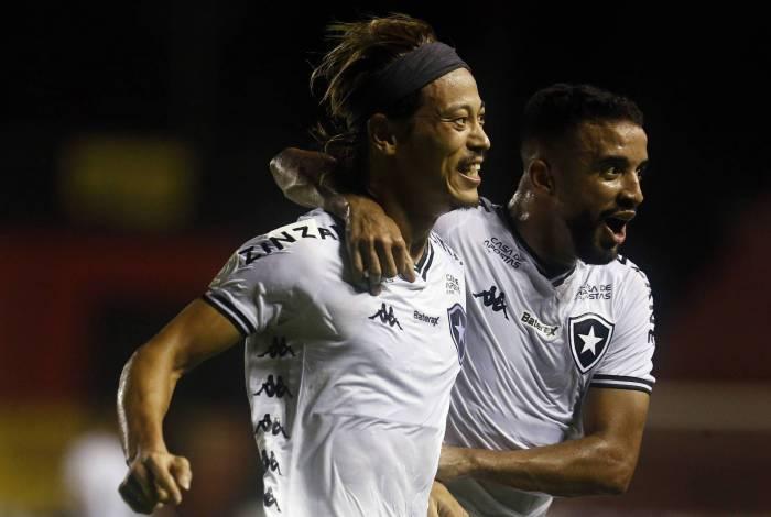 Honda e Caio Alexandre: autores dos dois gols do Fogão comemoram