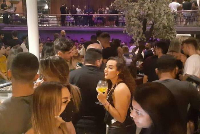 Casas de festa na Barra da Tijuca promoviam aglomeração na noite deste domingo