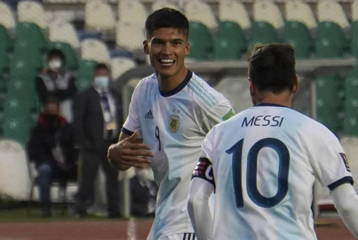 Joaquin Correa celebra gol da virada com Lionel Messi