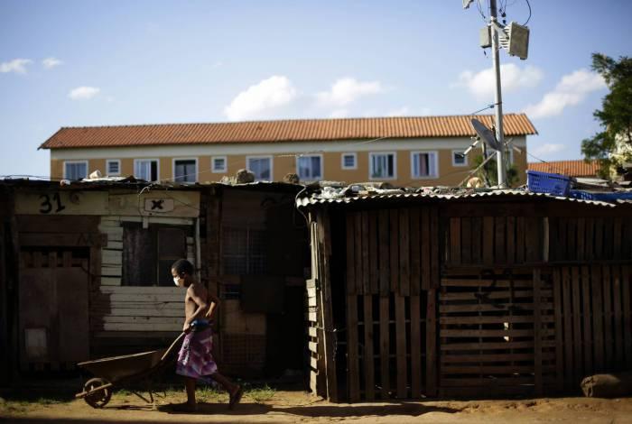 Rio de Janeiro 21/05/2020 - Covid-19 - Os proprios moradores fazem a dedetização da comunidade Jesuitas em Santa Cruz. Na foto acima o pequeno Saymon ajuda sua familia na construcao da sua moradia. Foto: Luciano Belford/Agencia O Dia