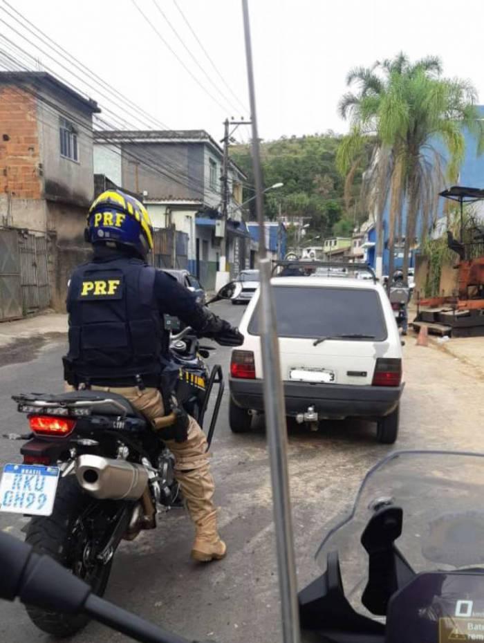No domingo, PRF prendeu motorista com carro furtado há mais de 20 anos em Barra Mansa