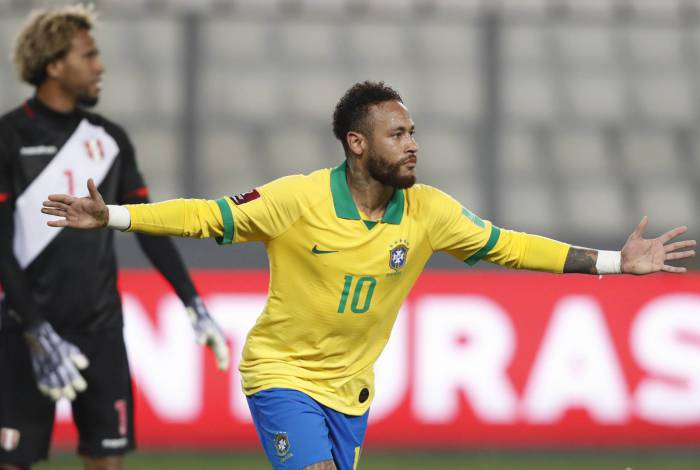 Brazil's Neymar celebrates after scoring a second penalty against Peru during their 2022 FIFA World Cup South American qualifier football match at the National Stadium in Lima, on October 13, 2020, amid the COVID-19 novel coronavirus pandemic. (Photo by Paolo AGUILAR / POOL / AFP)