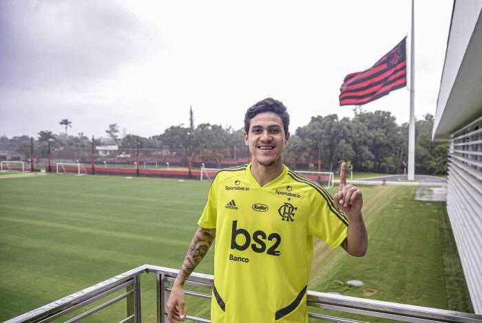 Artilheiro do Fla no Brasileirão, Pedro se coloca à disposição para jogar hoje. No detalhe, o uniforme nº 3