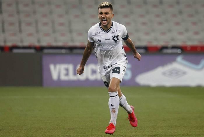 Victor Luis marcou de pênalti