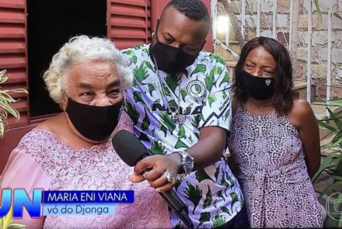 Djonga com sua avó, Dona Maria, em reportagem no 'Jornal Nacional'