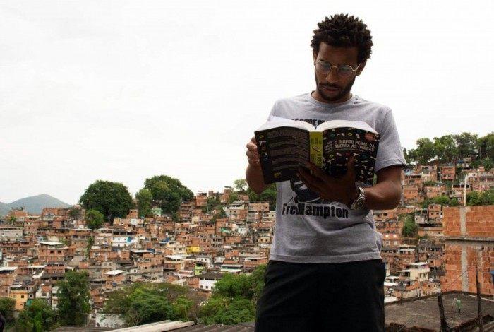 Vitor Bernardo nasceu e foi criado na comunidade onde atua