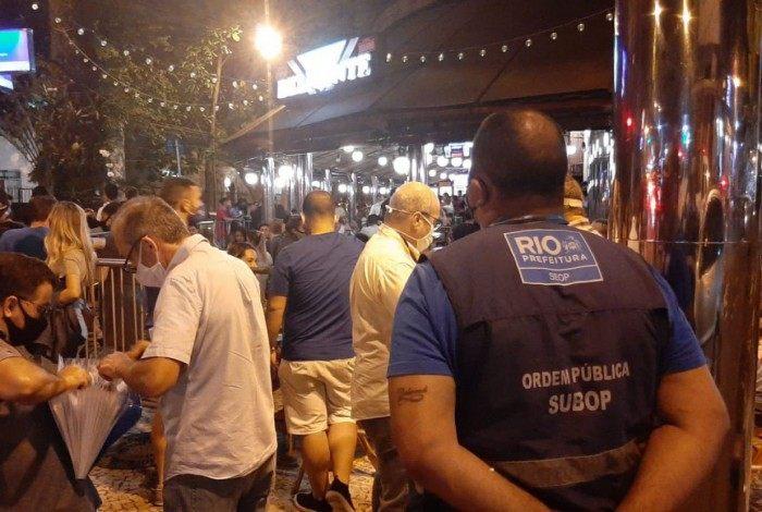 Fiscais aplicam multas em bares do Leblon por aglomeração