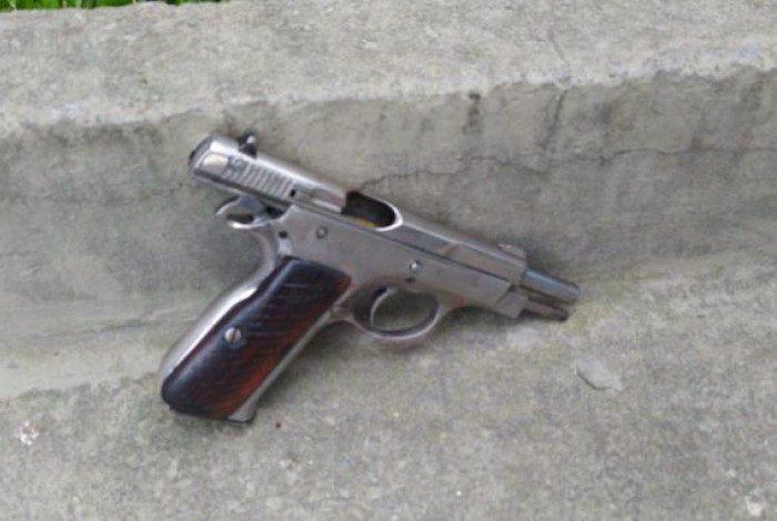 Pistola foi apreendida após confronto no bairro Jardim Catarina