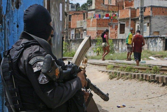 Rio de Janeiro - RJ  - 19/10/2020 - Policia -  Operaçao no Jacarezinho tem tiroteio e vias interditadas. Policiais militares do Batalhao de Açoes com Caes (BAC), do Batalhao de Policia de Choque (BPChq) e do Bope atuam nas comunidades do Jacarezinho, Manguinhos e Mandela - na foto, policiais no interior da favela do Jacarezinho - Foto Reginaldo Pimenta / Agencia O Dia