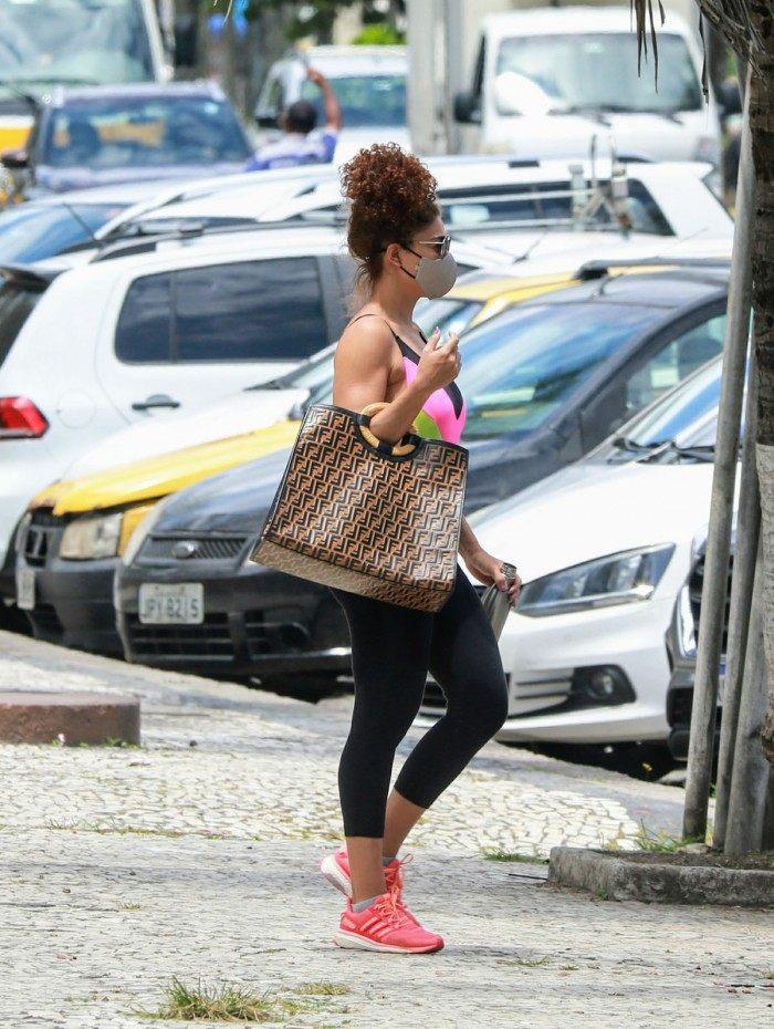 Juliana Paes desfila com bolsa de grife