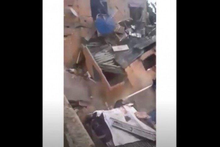 Segundo o Corpo de Bombeiros, uma pessoa estava dentro de um dos imóveis atingidos, mas conseguiu sair do local
