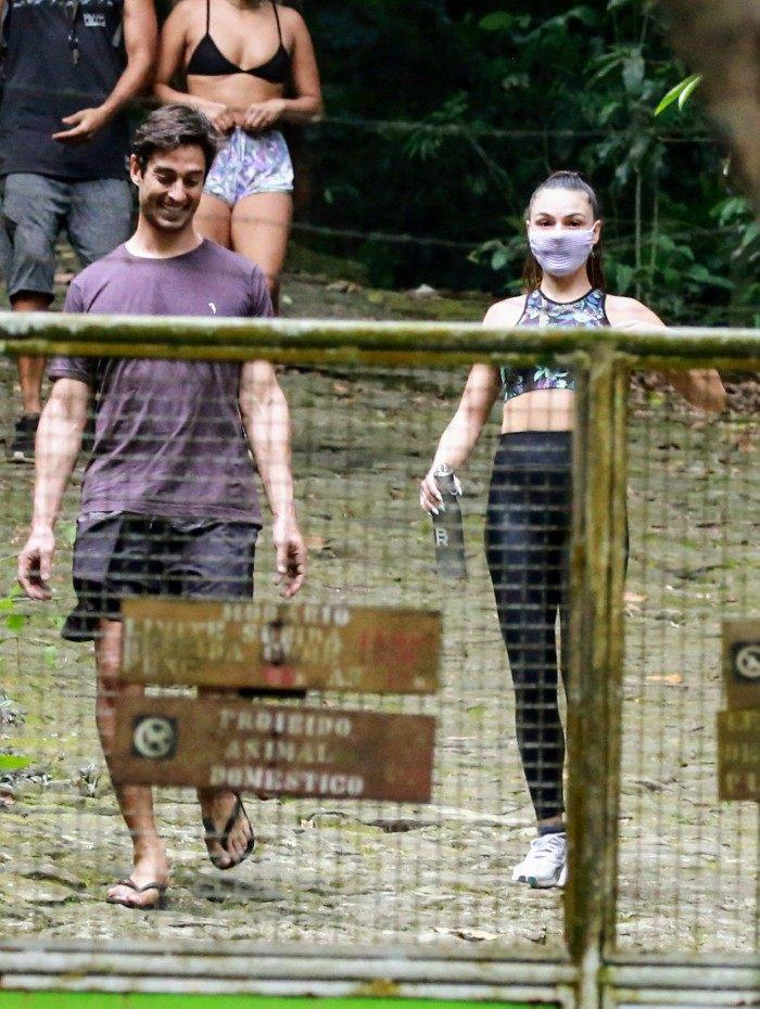 Isis Valverde e o marido, André Rezende, fazem trilha na Pedra da Gávea
