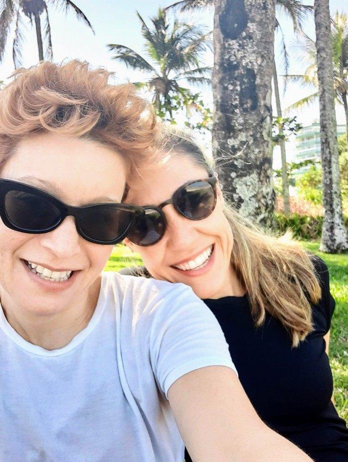 A cantora Patricia Marx e Renata Pedreira
