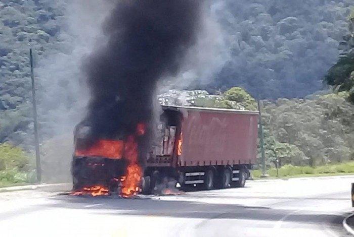Veículo pegou fogo, mas motorista saiu antes que as chamas se espalhassem
