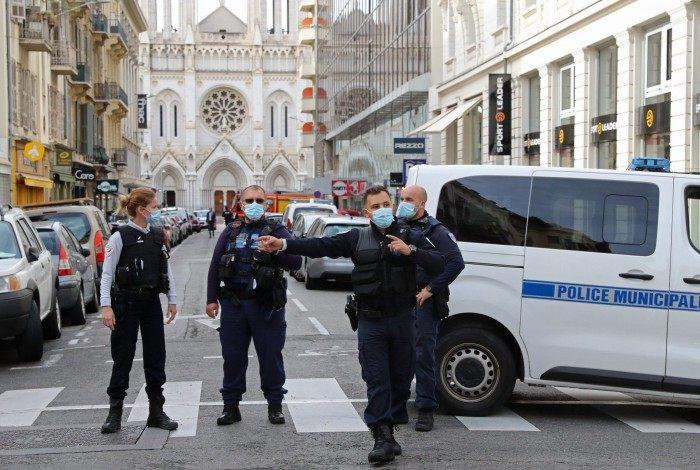 Policiais isolaram o local após o ataque com faca nos arredores da Basílica Notre-Dame, na cidade francesa de Nice