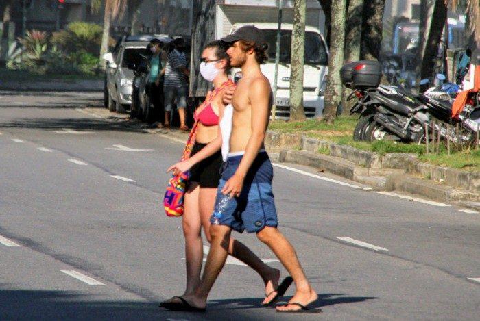 Felipe Poeta e a namorada, Maria Eduarda, na orla do Leblon, na Zona Sul do Rio