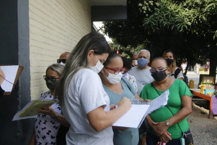 Pacientes fazem fila para buscar informações no Hospital Federal de Bonsucesso