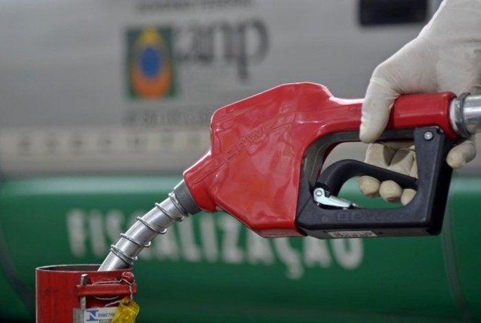 Petrobras informou às distribuidoras de combustíveis que vai reduzir o preço da gasolina nas refinarias em R$ 0,1420 o litro a partir do sábado