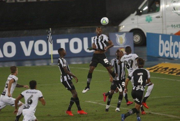 A defesa do Botafogo tenta afastar o perigo no Nilton Santos