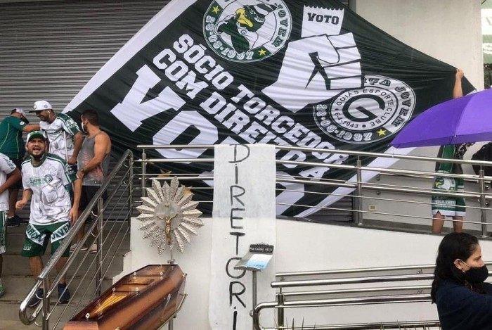 Insatisfeita com a péssima campanha do Goiás no Brasileiro, a torcida promoveu o 'enterro' simbólico da diretoria