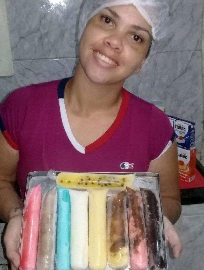 Débora Santos vende seus sacolés na Vila Aliança e em outras regiões