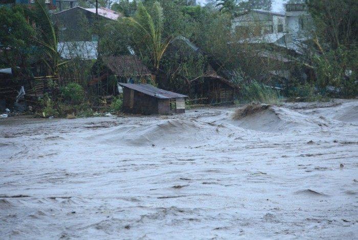 Tufão tocou o solo na ilha de Catanduanes às 5h do horário local, com ventos de 225 km/h e rajadas de 310 km/h que arrancaram telhados, derrubaram árvores e provocaram inundações