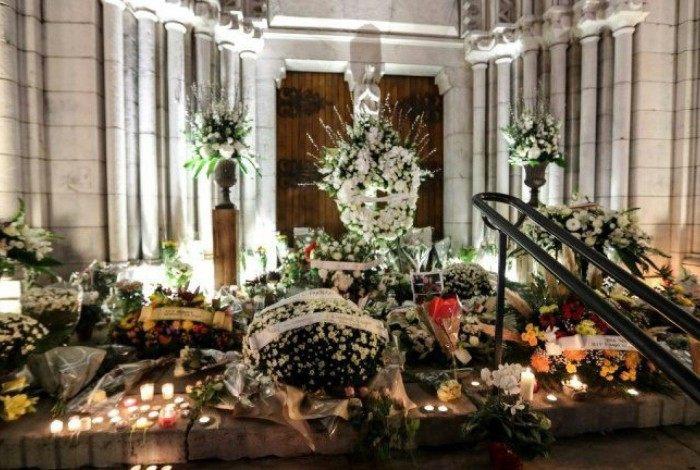 Flores e velas colocadas na escadaria da Igreja Notre-Dame de Nice, em 30 de outubro de 2020