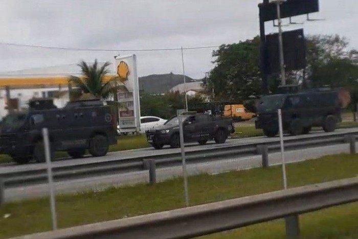 Blindados do BOPE a caminho do Complexo do Salgueiro, em São Gonçalo